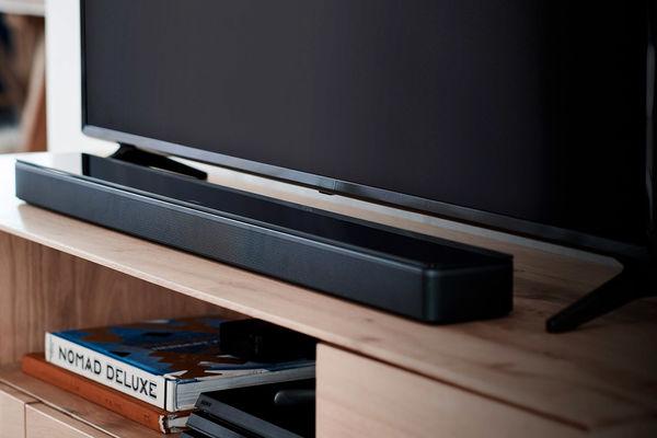 La télécommande Bose Soundbar Universal Remote est livrée de série avec la barre de son Bose Soundbar 700.