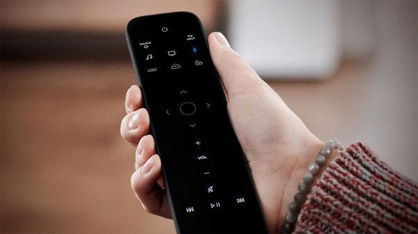 Télécommande Bose Soundbar Universal Remote en mode contrôle Bluetooth