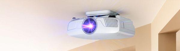 Le vidéoprojecteur Epson-EH-TW9400W peut être installé au plafond.