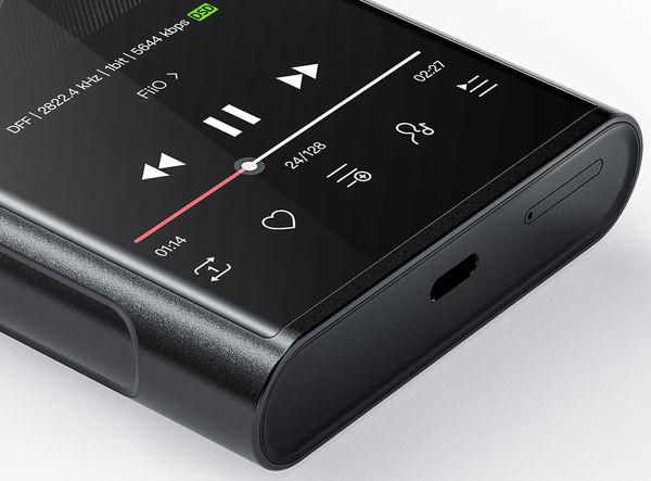 FiiO M15-micro-SD-hukommelseskortslot ved siden af USB-C-porten