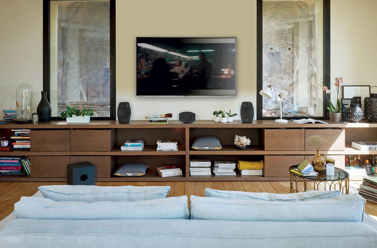 Installation des enceintes frontales sur un meuble sous la TV