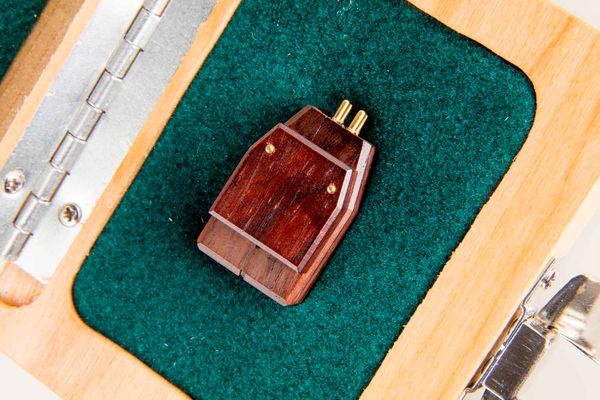 La cellule phono Grado Aeon dans son packaging en bois.