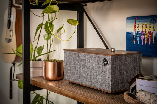 Enceinte Klipsch The Three With Google Assistant sur une étagère