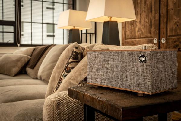 L'enceinte Klipsch The Three With Google Assistant adopte des matériaux nobles avec une caisse en bois véritable et des boutons de commande en aluminium brossé.