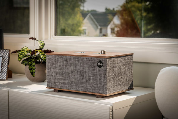 L'enceinte Klipsch The Three With Google Assistant dans le salon.