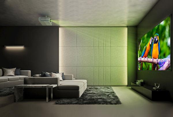 Le vidéoprojecteur Optoma UHD380X en situation dans un salon, montage au plafond.